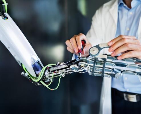 scientist mit einem Roboter