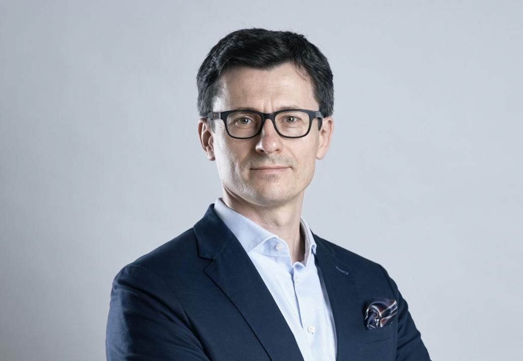 erzy SEO - ein eleganter Mann mit der Brille