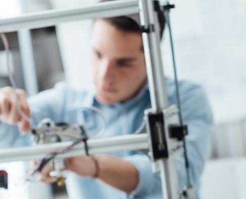 Mann arbeitet mit Kabeln